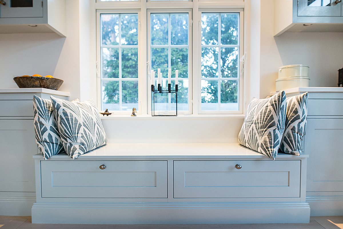 White window panes and candles can further brighten the kitchen. © kmldesign.dk